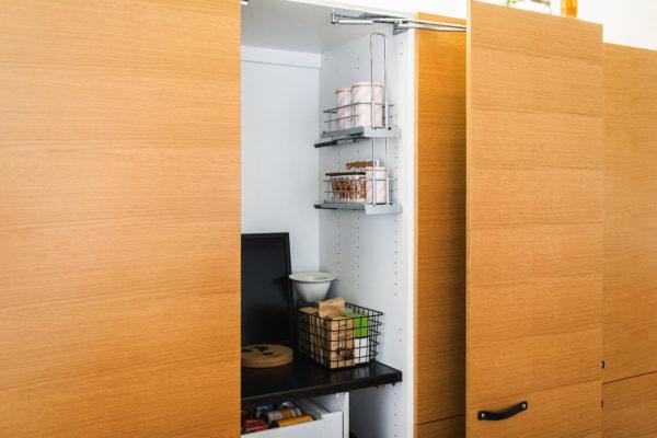 Korkeiden ovien takaa löytyy  paljon tilaa työskentelylle ja säilytykselle.