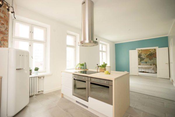 Tässä keittiössä massiivipuutaso sai kaverikseen maalatut ovet.